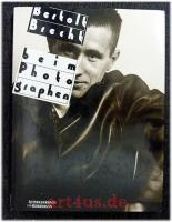 Bertolt Brecht beim Photographen : Porträtstudien.